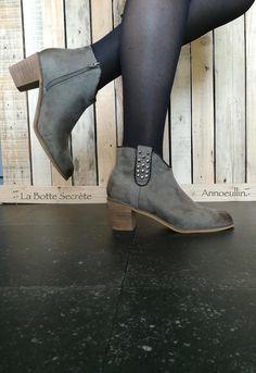 028ec5e18b73 Chaussures Femme · Bottines style santiags en suédine grise. Liseré  légèrement irisé et languette décorative recouverte de clous