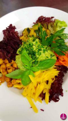 Regenbogen Power Salat mit grüner Avocado-Sauce