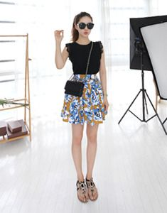 Today's Hot Pick :Pleated Floral Print Skirt http://fashionstylep.com/SFSELFAA0022600/bagazimurien/out Give off a cool summery aura when you wear this bright and cheery floral skirt. With a high waist and mid-thigh length, this skirt is pleated and printed with two-toned flowers. Tuck a top into the skirt and wear flats for a cheery get-up that suits the season. -High waist -Mid-thigh -Pleated -Floral -Available colors: mustard, black