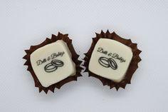 Ajándék a násznépnek. Garantáltan nem kerül a kukába! Egyedi színben, ízben és logóval készítjük, ahogyan az ifjú pár szeretné! Sugar, Cookies, Desserts, Food, Crack Crackers, Tailgate Desserts, Deserts, Biscuits, Essen