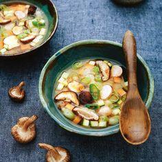 Misosoep is een heerlijk soepje dat je makkelijk op een doordeweekse dag kunt maken. Vul dit recept van Rens Kroes aan met favoriete groente zoals taugé of voeg - als je het lekker vindt - tofu, garnalen of kip toe.    1 Week de stukken kombu 10...