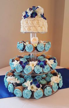 wedding cakes teal Blue wedding cupcake tier with cutting cake. Made by CupCasions Kelowna. Fondant Cupcakes, Custom Cupcakes, Cupcake Cakes, Teal Cupcakes, Cupcake Tier, Cupcake Stands, Sweet 16 Decorations, Wedding Decorations, Blue Wedding Cupcakes