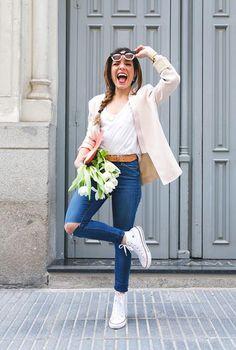 Conjunto americana beis, camiseta blanca, pantalones tejanos azules, cinturón marrón, zapatillas blancas, bolso rosa y gafas blancas