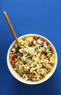 Easy Vegan Macaroni Pasta Salad! 30 minutes, simple and SO delicious. Perfect for summer cookouts! #vegan