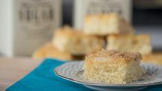 Eine Buttermilchschnitte, ein Stück Blechkuchen, liegt auf einem Teller | Bild: BR/Markus Konvalin