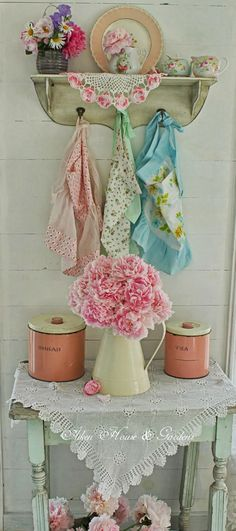 i love this vintage coTTage cHic look! #aprons #doilies #roses