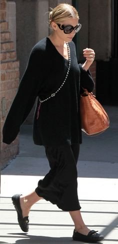 Mary-Kate Olsen Photos - Mary-Kate Olsen wears a pair of unique sunglasses as she leaves her hotel. - Mary-Kate Olsen Leaves Her Hotel Ashley Olsen Style, Olsen Twins Style, Mary Kate Ashley, Mary Kate Olsen, Elizabeth Olsen, Olsen Fashion, Olsen Sister, Quoi Porter, Rupaul