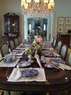 Setting a blue and white table. - The Enchanted Home- Setting a blue and white table…. – The Enchanted Home - Blue Willow China, Blue And White China, Blue China, Elegant Table Settings, Beautiful Table Settings, Dining Decor, Dining Room Table, Dining Rooms, Elegant Dining Room