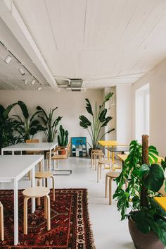 This Barcelona co-working space by MESURA is a delightful expression of what can be achieved when combining simple design elements and good space planning. Coworking Space, Bureau Open Space, Building Columns, Black Window Trims, White Dining Room Chairs, Workspace Design, Contemporary Office, Contemporary Design, Co Working
