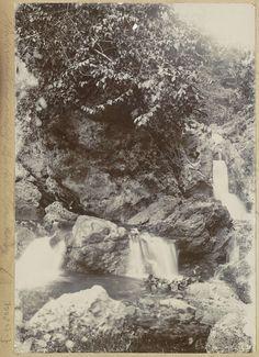 Anonymous | Watervallen bij Batoe Gantong op Ambon, Anonymous, c. 1900 - c. 1920 | Onderdeel van Reisalbum met foto's van Ambon.