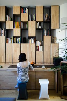Wall cabinet combining cabinets for storage and open shelves. Appartement M, Bordeaux, 2014 - L'atelier miel Shelf Design, Cabinet Design, Bookcase Shelves, Shelving, Bookcases, Barrister Bookcase, Interior Architecture, Interior And Exterior, Home Theaters