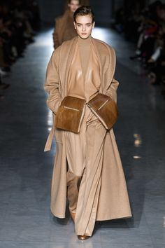 Max Mara Fall 2019 Ready-to-Wear Fashion Show Max Mara Fall 2019 Ready-to-Wear Collection – Vogue Fashion Week, Fashion 2020, Love Fashion, Runway Fashion, High Fashion, Winter Fashion, Fashion Outfits, Womens Fashion, Fashion Design