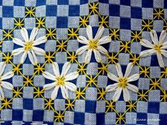Broderie Suisse, Chicken scratch, Swiss embroidery, Bordado espanol, Stof veranderen. blue and daisies: