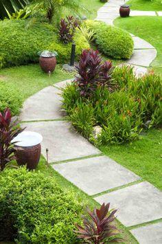 allée-jardin-dalles-beton-gazon-vivaces-couvre-sol