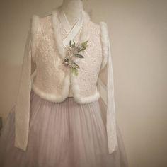 Korean Traditional Dress, Traditional Dresses, Modern Hanbok, Queen B, Fitness Inspiration, Fashion Dresses, Tulle, Flower Girl Dresses, Wedding Dresses