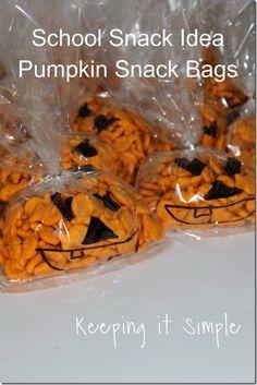Halloween School Snack Idea- Easy Pumpkin Bags. Perfect for school lunch, school snacks or Halloween parties. #Halloween #pumpkin #schoolsnack @keepingitsimple