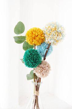 Blumenstrauß Pompons recycelte Wolle und Kastanien Holz /