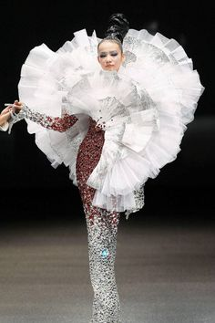 A model showcases an outfit by Chinese fashion designer Guo Pei, on October in Singapore during the Fide Fashion Week 2013 Asian Couture show. China Fashion, Fashion Art, Fashion Show, Singapore Fashion, Guo Pei, Fancy Hairstyles, Haute Couture Fashion, Chinese Style, Traditional Chinese