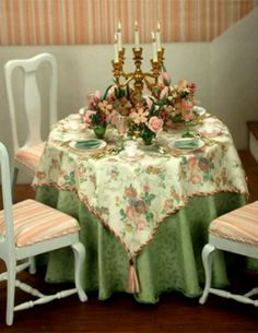 Making a Beautiful Table in Miniature. Might be a miniature, but nice idea for my real dining room! Dollhouse Miniature Tutorials, Miniature Rooms, Miniature Kitchen, Miniature Crafts, Miniature Houses, Miniature Furniture, Doll Furniture, Dollhouse Furniture, Dollhouse Miniatures