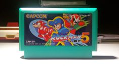 """Rockman 5 (#Megaman5 por estos lares) no necesita presentación.  El quinto juego de la genial franquicia de #Capcom, tan bien diseñada por Keiji Inafune llegó a las tiendas japonesas un 4 de diciembre de 1992.  ¡¿La Trampa de Blues?! en su nombre original """"Rockman 5 ¡¿Blues no Wana!?"""" tiene algunos elementos que lo hacen muy destacable entre los juegos de la saga, entre estos, la aparición del pajarraco amigo llamado Beat.  Foto: http://somerussianmariodude.blogspot.com.ar"""