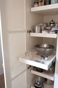 Lynda Reeves Kitchen Supply Closet Keep cooking fun with bowls, gadgets and pantry supplies that are easy to find. Lynda's supply closet features another must-have: practical pull-out shelves for easy access to small appliances and baking supplies. Pantry Closet, Kitchen Pantry, New Kitchen, Kitchen Cabinets, Kitchen Ideas, Pantry Cabinets, Hall Closet, Pantry Doors, Kitchen Drawers