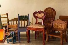 Decoração de casa de colecionador. Detalhes da decoração com coleção de cadeira, cadeira de madeira, cadeira azul, cadeira vermelha, cadeira pequena.  #decoracao #decor #design #details