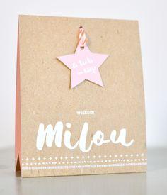 Een stoere kraft achtergrond met een lief lettertype maakt dit kaartje de perfecte combinatie voor jullie kleine stoere meid!
