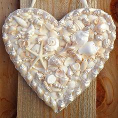seashell heart door hanger, crafts, doors, how to Seashell Art, Seashell Crafts, Beach Crafts, Mosaic Diy, Mosaic Crafts, Mosaic Ideas, Seashell Projects, Pierre Turquoise, Hanger Crafts