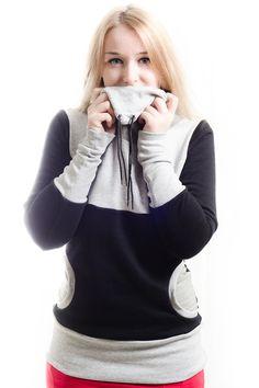 Kuschliger Jaqueen Pullover in schwarz und grau.     Der Hoodie hat einen grauen doppelt genähten Kragen und runde Taschen vorn.    Der schwarze Sw...