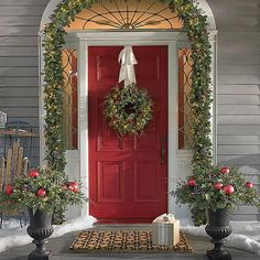 Elegant outdoor christmas decoration ideas that will give you a festive feeling 39 Christmas Front Doors, Christmas Porch, Christmas Wreaths, Christmas Ornaments, Christmas Staircase, Southern Christmas, Christmas Displays, Christmas 2015, Xmas Tree