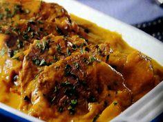 CARNE DE PANELA COM MOLHO DE CENOURA. - 1 colher (sopa) de óleo de soja; - 750 g de colchão duro (peça inteira); - 1 cebola picada; - 1 colher (café) de sal; - 1 colher (sopa) de salsa desidratada; - 3 cenouras grandes.    1 - Aqueça um fio de óleo na panela de pressão e frite a carne,