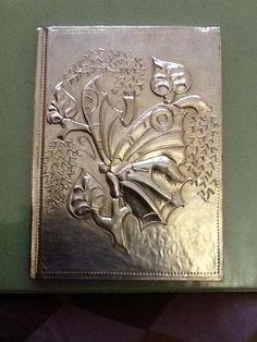 Libreta trabajada en repujado en aluminio