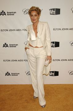 Sharon Stone, we salute you!The blond bombshell graces the cover of GQ Italia and girl looks better than starlets half her age. 50 Style, Style Icons, Sharon Stone Hairstyles, Celebrity Pictures, Celebrity Style, Short Hair Cuts, Short Hair Styles, Sharon Stone Photos, Beautiful Old Woman