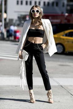 d552ee13057c26 Comment porter des lunettes de soleil blanches   Look noir et blanc.  pantalon noir et