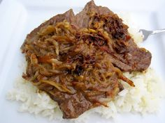 Bistec Encebollado ( Colombian-Steak with Onion Sauce): Bistec encebollado or steak cooked with onion sauce, is a Colombian classic. It is also a dish that I love! it is especially good over white rice with tomato-avocado salad on the side. Meat Recipes, Mexican Food Recipes, Dinner Recipes, Cooking Recipes, Ethnic Recipes, Yummy Recipes, Colombian Cuisine, Colombian Recipes, Spanish Dishes