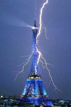 The Eiffel Tower getting struck by lightning! Sep 2011 -- When you think of it, the Eiffel Tower is kind of like a huge lightning rod. Cool Pictures, Cool Photos, Beautiful Pictures, Amazing Photos, Crazy Photos, Blue Pictures, Pictures Images, Nature Pictures, Funny Pictures