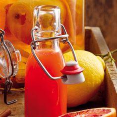 Der Bratapfellikör kann nicht sofort verwendet werden, sondern muss erst etwa einen Monat durchziehen, bis er sein volles Aroma entwickelt hat.