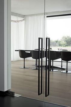 Handle style for studio doors Door Design, House Design, Industrial Office Design, Tempered Glass Door, Luxury Homes Dream Houses, Cute Room Decor, Home Interior Design, Door Handles, Decoration