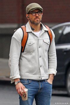 Ryan Reynolds with a white textured trucker jacket brown tweed flatcap white t-shirt denim watch brown leather backpack Ryan Reynolds Style, Casual Outfits, Men Casual, Men's Outfits, Summer Outfits, Look Man, Herren Outfit, Men Street, Men's Fashion