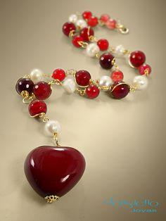 Collar diseñado en piedras semi presiosas y piel, acabados en oro laminado.