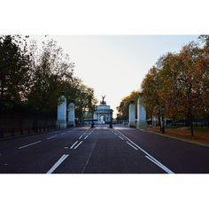 Wellington Arch London. #london #londra #wellington #wellingtonarch #arch #monument #buckinghampalace #park #landscape #nature #autumn #autunno #travel #traveler #traveling #travelworld #wanderlust #holiday #world #worldtravel #walk #clouds #sky #skyline #skyporn #english by fra.traveller