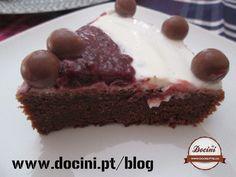 Bolo de Iogurte e Chocolate com Cobertura de Iogurte e Frutos Silvestres