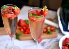 Epres pezsgős mojito Frozen Strawberry Daiquiri, Frozen Strawberries, Quick Recipes, Cooking Recipes, Mojito Recipe, Tequila Sunrise, Clean Eating Snacks, Smoothie, Food Porn