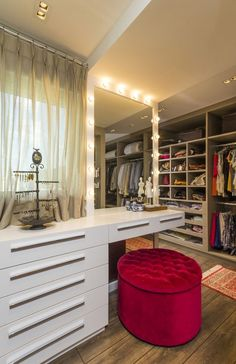 love this closet with space for a dressing table---Apartamento de casal jovem (Foto: Alexandre Zelinski/Divulgação)