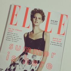 Summer is here!  Amé la portada de #Junio de @Elle_Mexico  El color de las letras de la portada me recuerdan al #lipstick #42 #LEclatente de @Chanel que les enseñé el otro día, totalmente neón. En snapchat les enseñó mis partes favoritas de la revista de este mes.  #Makeup #BeautyBlogger #Blogger #Blog #Beauty #MUA #BloggerMexicana #MexicanBloggers #Magazine #Cover #Neon #Summer #ElleMexico #ElleMX