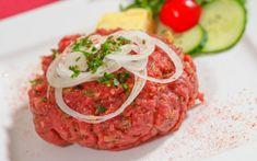 Ein Beef Tartare, wie es sein muss. Gutes Fleisch, passende Gewürze, ganz nach den eigenen Vorlieben. Mach dir dein Beef Tartare selbst! Beef Tartare, Bruschetta, Salmon Burgers, Mexican Food Recipes, Ethnic Recipes, Tapas, Cooking Recipes, Food Videos, Recipe