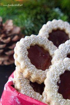 Ihr Lieben, es weihnachtet. Pünktlich zur Adventszeit verrate ich euch ein einfaches Rezept für leckere Vanille Plätzchen mit Himbeeren Füllung. So yummy! Viel Spaß beim Nachbacken.