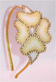 Tiara de metal  encapada em cetim e strass  flor em perolas e strass R$ 28,00
