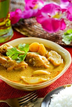 What is Curry Sauce? + How to Use it, How to Make it: Classic Curry Chicken (made Thai-style with yellow curry sauce, chicken, and sweet potato) South Indian Chicken Curry, Thai Coconut Curry Chicken, Thai Chicken, Mexican Chicken, Indian Curry, Indian Food Recipes, Asian Recipes, Thai Recipes, Comida India