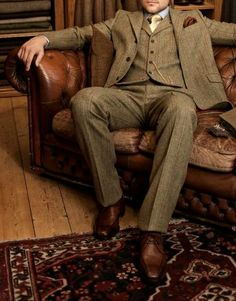 Brown Scottish Tweed Suit w/ Silk Yellow Tie and Silk Brown Pocket Square. Tweed Suits are Most Prosperous Outside in the Sun Gentleman Mode, Gentleman Style, Mode Masculine, Sharp Dressed Man, Well Dressed Men, Tweed Suits, Mens Suits, Suit Man, Walker Slater